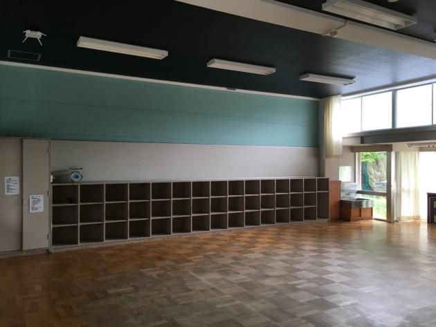 セミナールーム。小学校の教室をそのまま活かしながら、壁天井のカラーでイメージを変えました